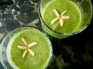 Kale Smoothie, almonds cut into slivers and placed into star | itsaLisa.com