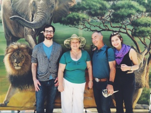 (family at the zoo)